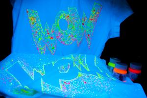 Декор футболки акриловыми флуоресцентными красками