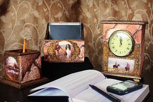 Часы. Имитация камня (мрамора) и состаренной позолоченной чеканки.