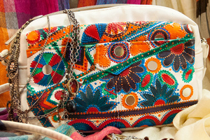 Роспись сумки акриловыми красками в стиле бохо.