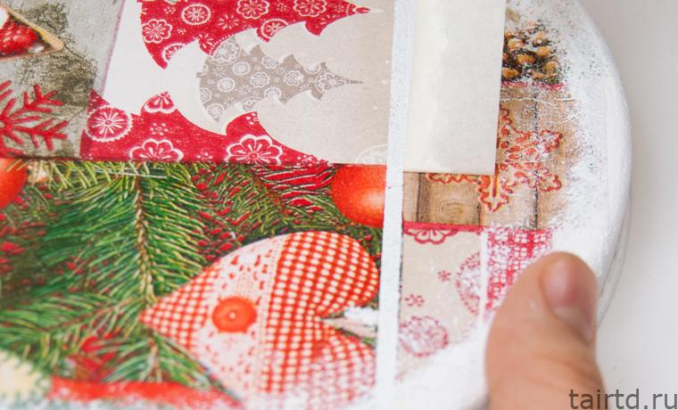 Новогодний декор жестяной банки для печенья. Лоскутный декупаж